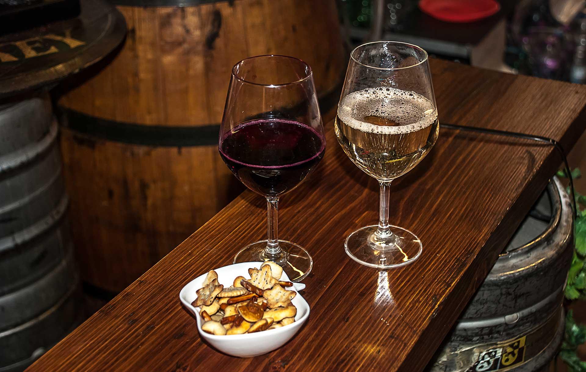 calici di vino e salatini